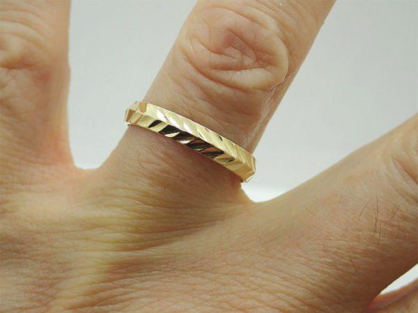 Bague anneau ciselée d' occasion en or jaune 18k