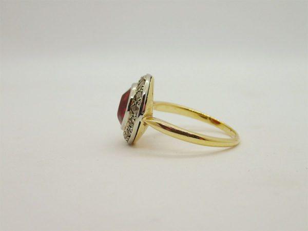 bague d'occasion en or jaune 750/000 sertie d'un rubis synthetique de 8 mm et de 15 eclats de rose