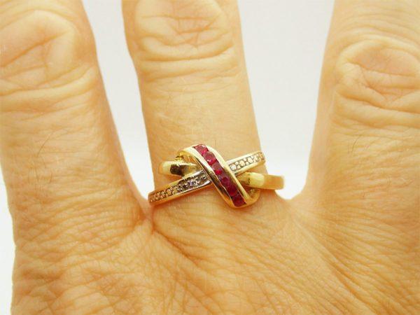 Bague d' occasion en or jaune 18k – 750/000 d' une largeur maximum de 8mm et sertie de 6 rubis et 1 diamants
